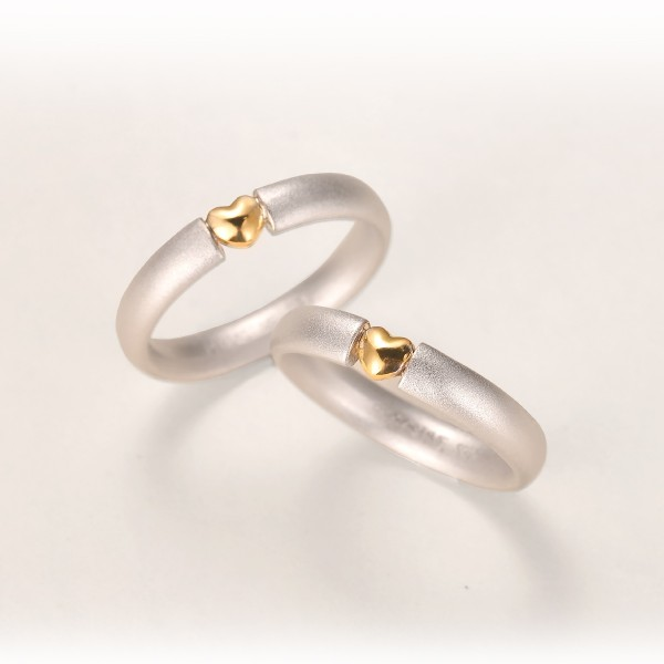 Engravable 18K Gold Heart Couples Wedding Bands